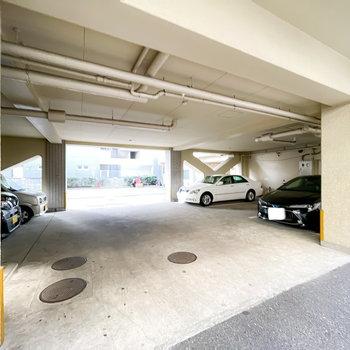 駐車場もこちらに。奥へと進むことで大通りへと出られます。