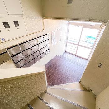 階段を降りるとメールボックスがあるエントランスへ。