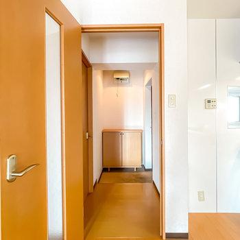 もうひとつの洋室は玄関に出て左手に。