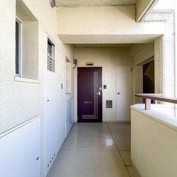玄関前の共用部。建物の構造に重厚さを感じられます。