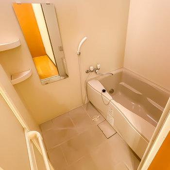 ちょっぴり広めのお風呂は二人暮らしなどに嬉しい追い焚き付き!