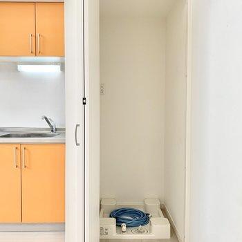 キッチン横の折戸の中に洗濯機置き場が隠されていました。※クリーニング前の写真です