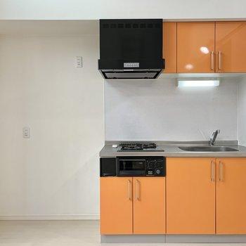 フルーティーなオレンジカラーのキッチン。※クリーニング前の写真です