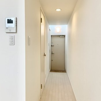 廊下にあるドアの中はサニタリー。※クリーニング前の写真です