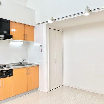 キッチンのオレンジ色が彩りを添えます。※クリーニング前の写真です