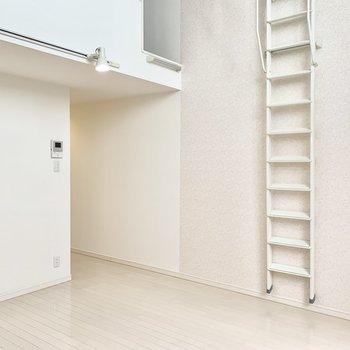 白いハシゴは使わない時は壁に収納できます。※クリーニング前の写真です