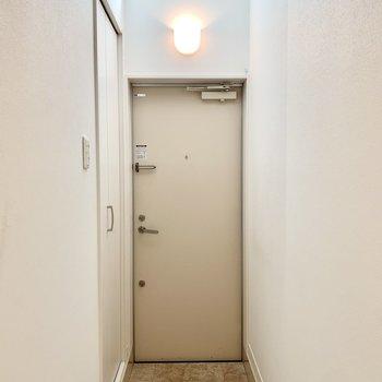 自然光が入り込み明るく清々しい玄関。※クリーニング前の写真です