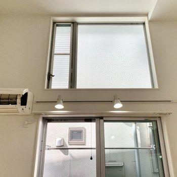 上の窓は開けることができますが脚立が必要です。※クリーニング前の写真です