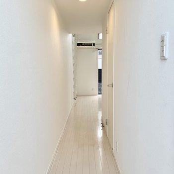 玄関を入って、美しい廊下を通って居室へと。※クリーニング前の写真です