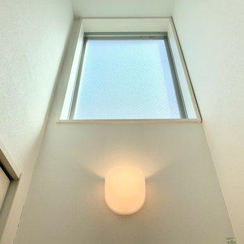 朝日の入る東向きの採光窓。上を向くと何やら神々しいです。