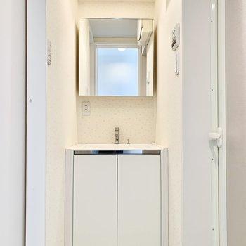 洗面台の右にお風呂、左にトイレがあります。※クリーニング前の写真です