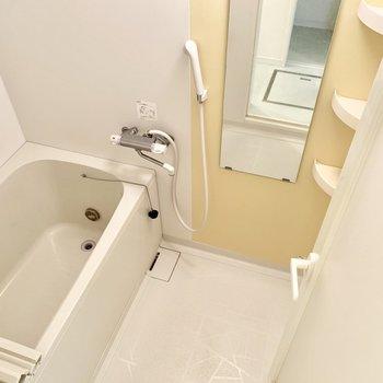 お風呂にはクリーム色のアクセント。※クリーニング前の写真です
