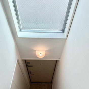 下を覗くと玄関があります。
