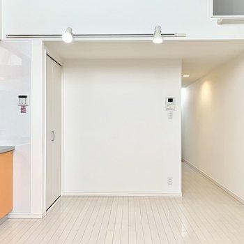 ライティングレールがお部屋の前後に設置されています。※クリーニング前の写真です