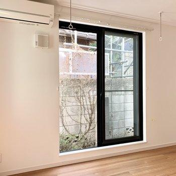 窓枠の黒が空間を引き締めます。