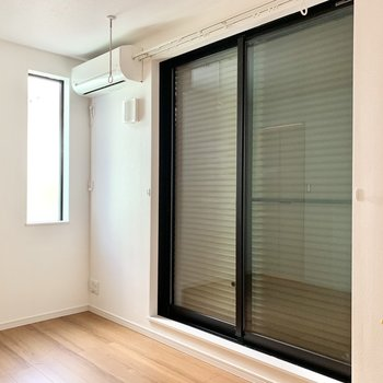 掃き出し窓の方は上げ下げ式のシャッターがついていて安心感があります。