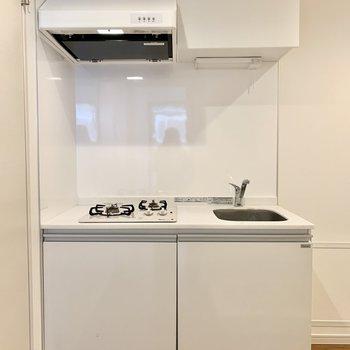 とても清潔感のあるホワイトキッチン。