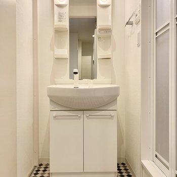床の柄がオシャレなサニタリー。右にお風呂、左にトイレ。