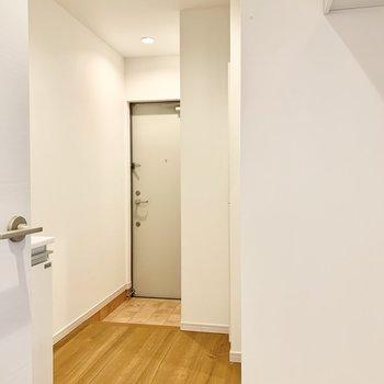 キッチンの横に玄関があります。