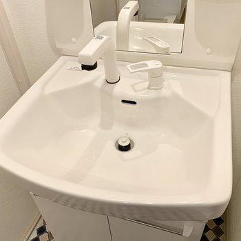 お湯も出せるシャワーヘッドの洗面台ですよ。※クリーニング前の写真です
