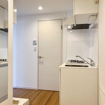 玄関を入って、キッチンを曲がってお部屋へと。