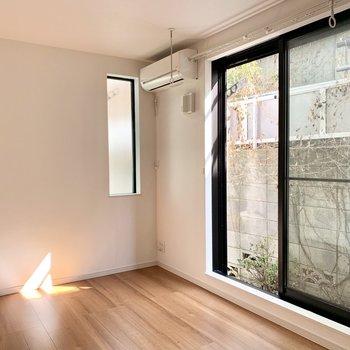 すりガラスの小窓の方は開けることはできませんが、光を取り込みますよ。