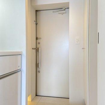 玄関を見ていきましょう。