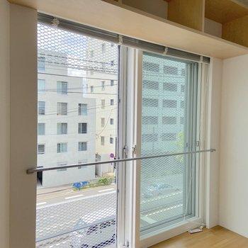 窓は二重サッシで、あまり大通りの音は気にならなさそうです。