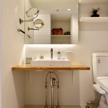 むき出しの美を感じる洗面台。壁付きのミラーも魅力的ですね。