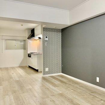 お気に入りはグレーのタイル調のクロス。キッチン部分とのいいゾーニングになります。