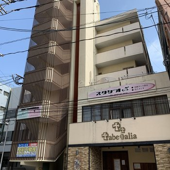 6階建てのマンション!テナントも1・2階に入っています。