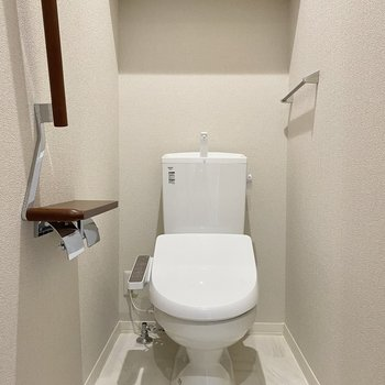 1階のトイレ。マットは深緑にしたいところ。