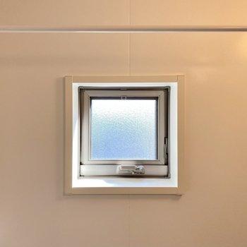 小窓・突っ張り棒付きで、換気もしっかりとできるし雨の日も洗濯物を干せる。