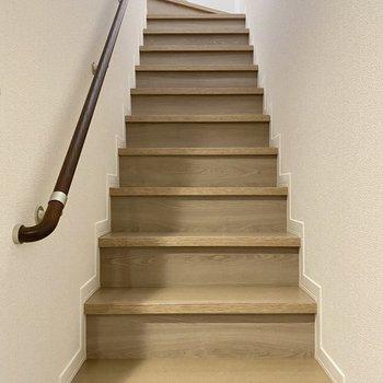 階段を登って2階へ行きましょう。