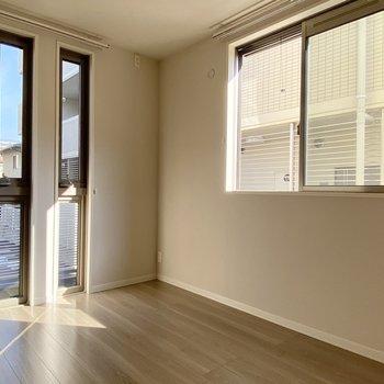 4.9帖の洋室。窓が多くて陽射しがまばゆい。