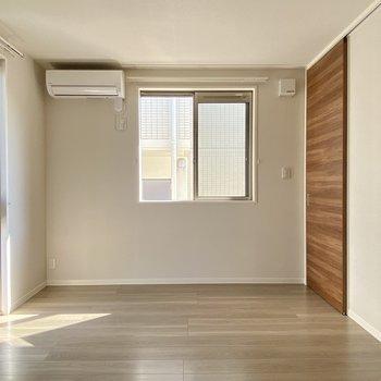 8帖の洋室。寝室として使うのにちょうどいいかな?