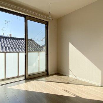 5.3帖の洋室。室内物干しも付いていますよ。