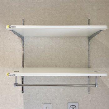 上には可動式の棚が。お洒落なパッケージの洗剤を並べたいな。