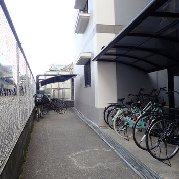 【共用部】駐輪場はマンションの奥に。