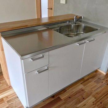 まずはシンク側から。調理スペースも広いです。