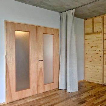 ホールとの間にははめ込みガラスのドアが2枚。