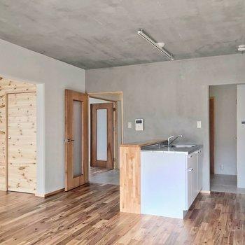 木とモルタル、塗装壁、土間、回遊性の高い開放的な間取り。どれも素敵。