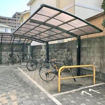 駐輪場は半屋根付き。
