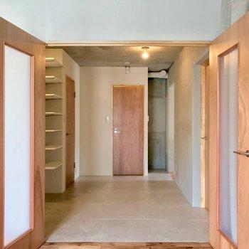 つづいてサニタリーを見てみましょう。正面にトイレ、左側に脱衣所があります。