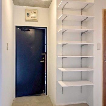玄関近くにはオープンの可動棚。お気に入りの靴を飾るように並べたい。