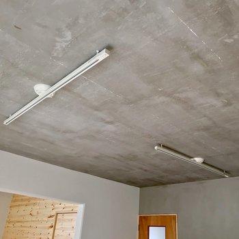 天井はモルタル。照明にもこだわりたくなります。