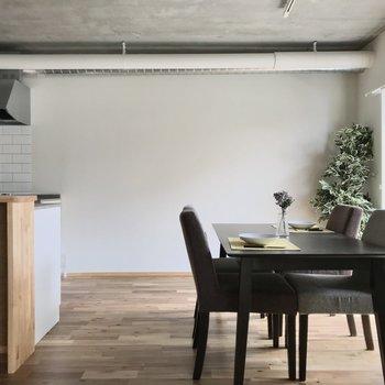 キッチンの隣にはデザインの良いダイニングテーブルを置きたいですね。(※写真の家具小物は見本です)