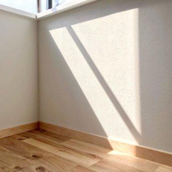 できる陽だまりが塗装壁と無垢床に反射してきれい。