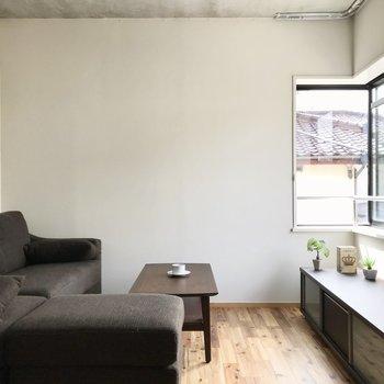 窓はL字型で南と西から光を取り込みます。(※写真の家具小物は見本です)