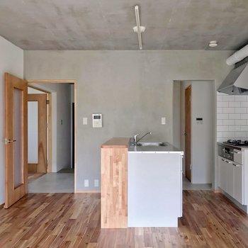 反対側から見るとこんな感じ。キッチン側は開口になっています。